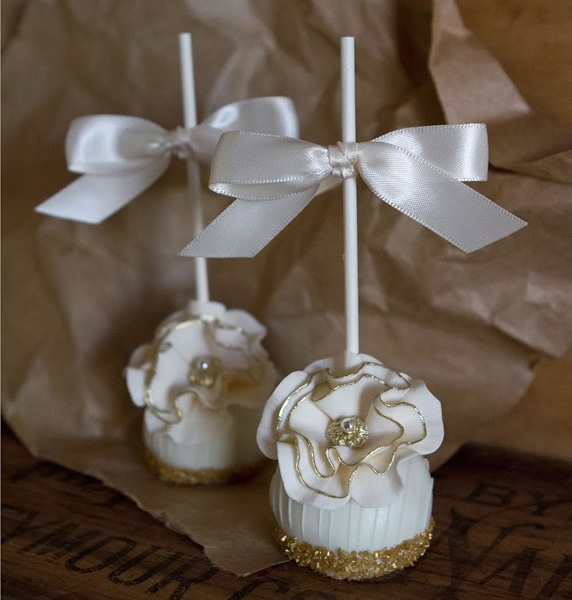 Glittering-Gold-Wedding-Cake-Pops-572x600
