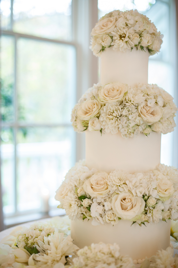 White-Roses-and-Hydrangeas-Wedding-Cake-Decor-600x900