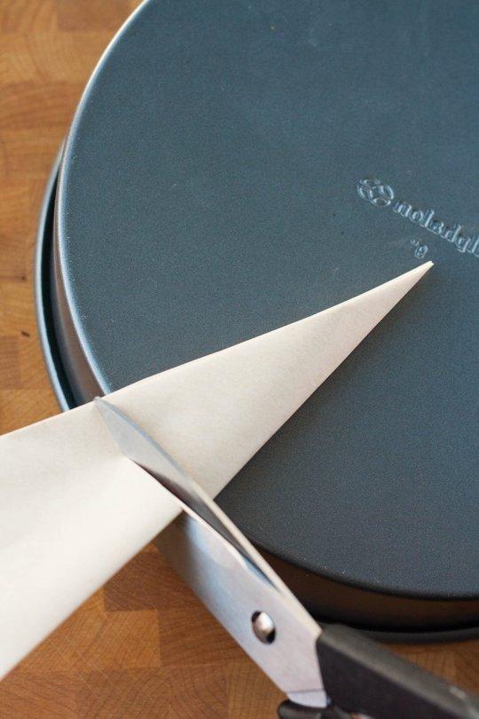 11-2014 Parchment Cake Pans-9.jpg
