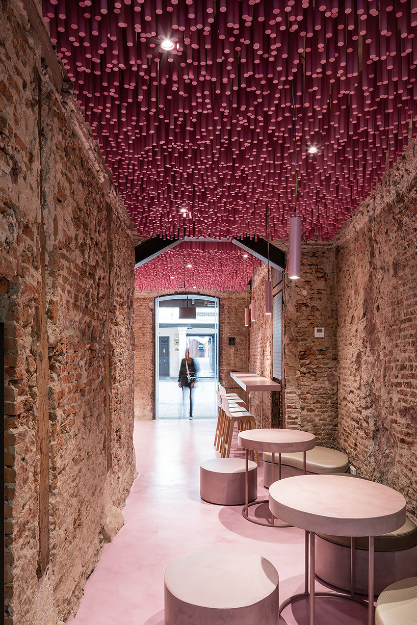 ideo-arquitectura-madrid-bakery-art-installation-strawberry-sticks-designboom-04.jpg