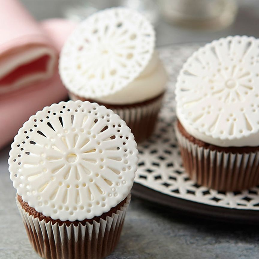 Fondant-Doily-Cupcake-Toppers
